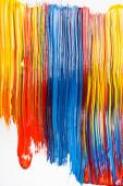 abstraktní barevné pozadí s nátěrem tahy štětcem na bílém pozadí