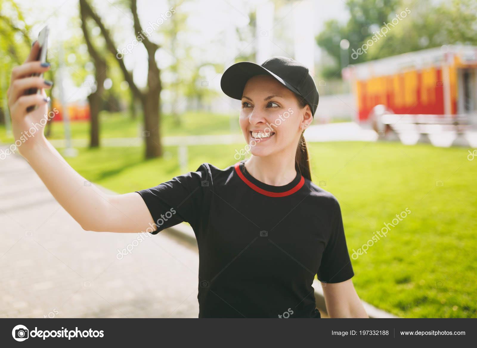 Брюнетка в форме фото, дрочит большой клитор порно