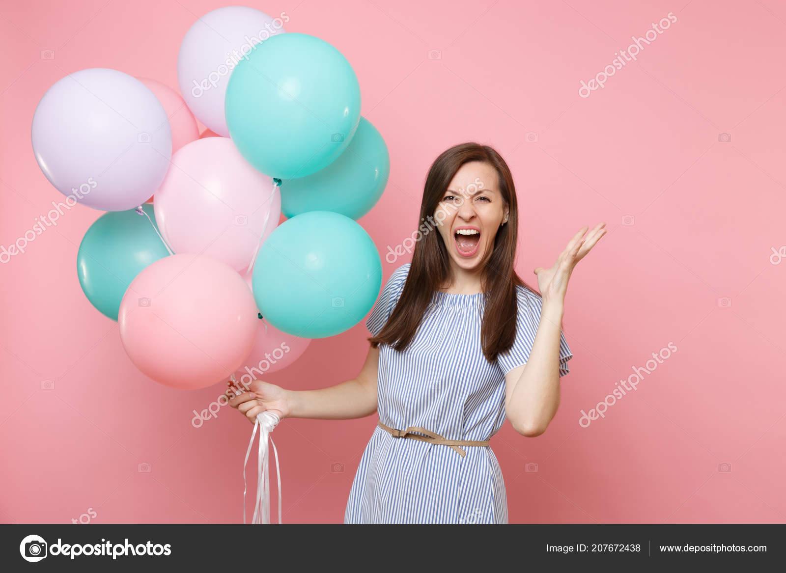 9fc8d4f395b3 Retrato Mujer Feliz Joven Loco Vestido Azul Gritando Sosteniendo ...