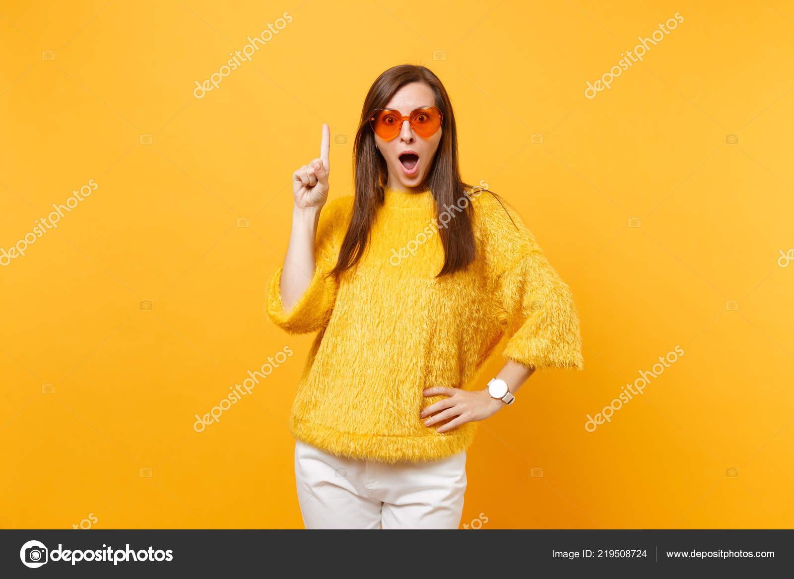 Sorprendido Joven Emocionada Suéter Gafas Corazón Naranja Apuntando ... 7a0ee2dc24de