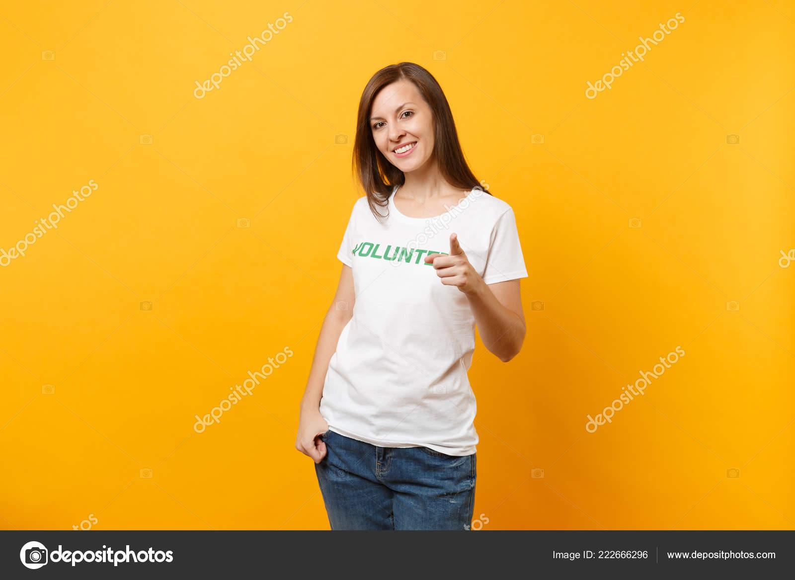 c53aca069db6 Retrato Feliz Sonriendo Satisfecha Mujer Camiseta Blanca Con Título ...