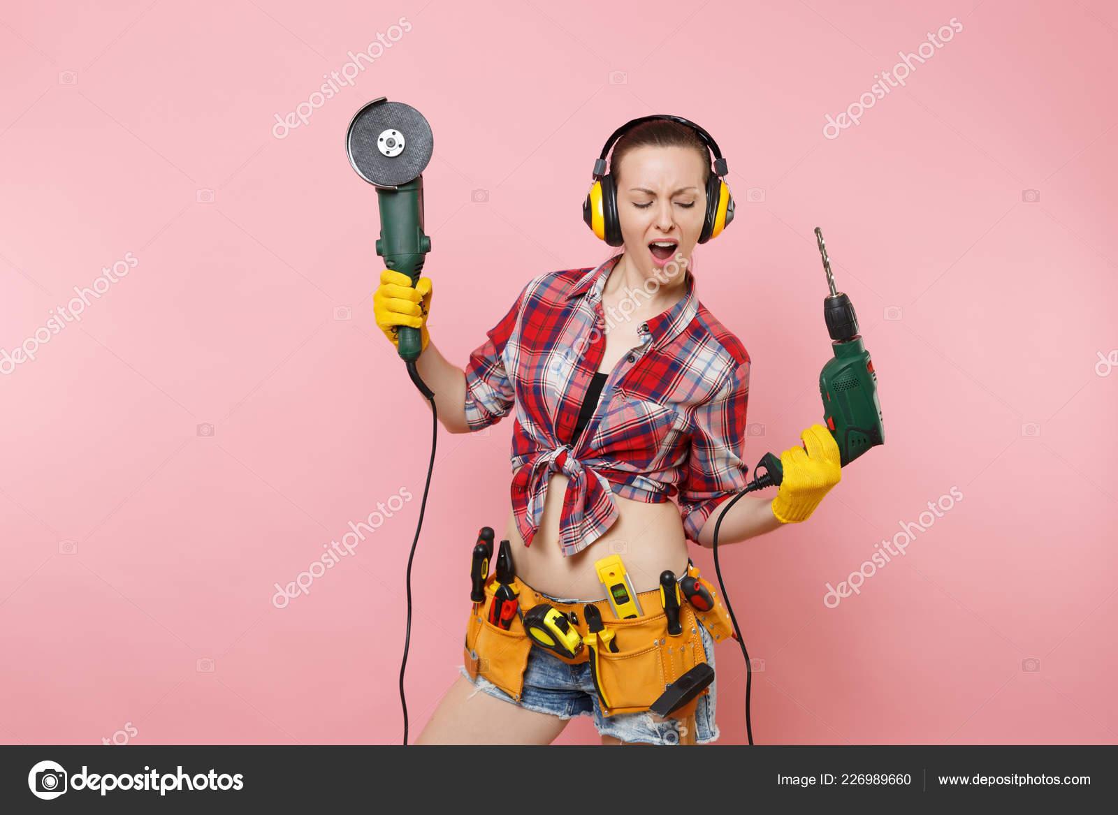 985b261b3f4a Énergie les femme de bricoleur en gants, bruit isolé casque, ceinture  d outils kit complet d instruments qui détiennent le pouvoir vu perceuse  électrique ...