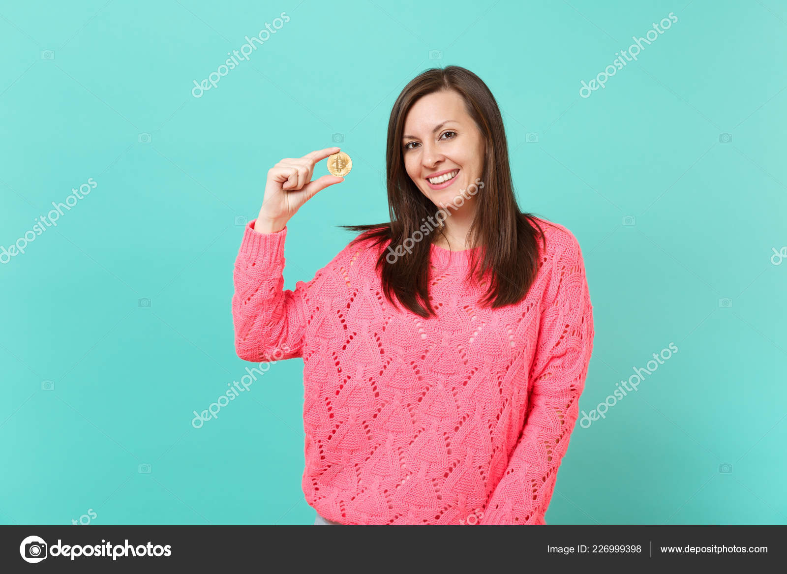2dc2c3a00434 Πορτραίτο Του Χαμογελώντας Νεαρή Γυναίκα Στο Πλεκτό Πουλόβερ Ροζ Κρατώντας  — Φωτογραφία Αρχείου