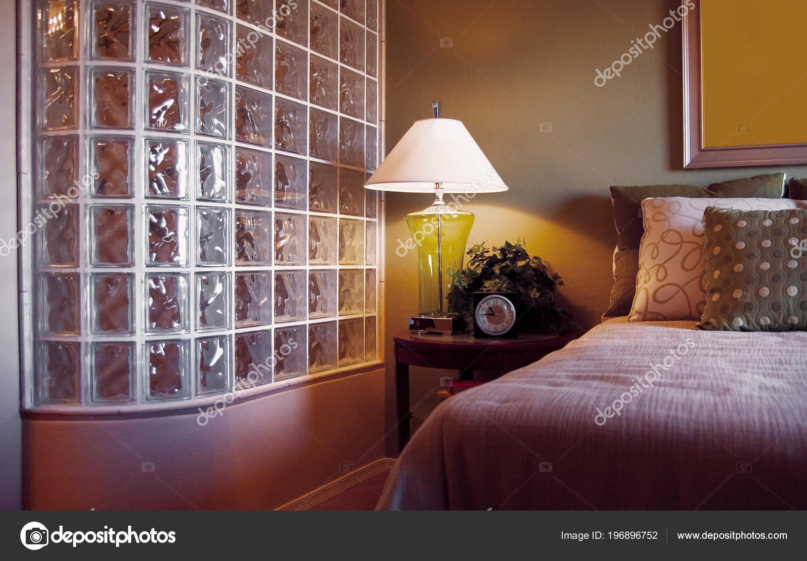 Stilvolle Schlafzimmer Innenraum Mit Glas Wand Dusche Und ...