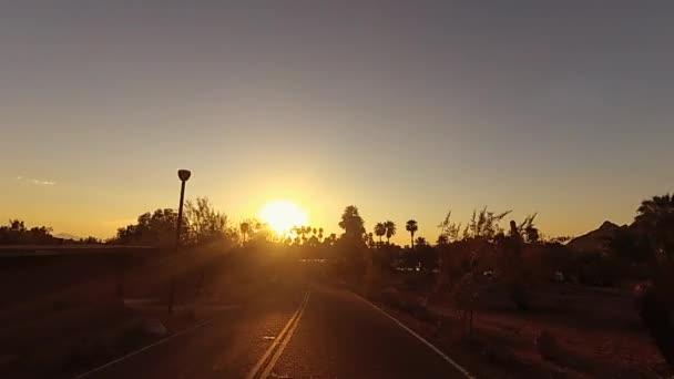Áthajtani drámai Arizona Papago Park Buttes felé Phoenix.