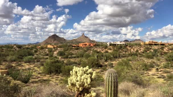 Arizonai Scottsdale sivatagi táj bolyhos fehér felhők drift Pinnacle csúcs-hegy.
