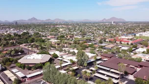 Közép-Phoenix, Arizona Ariel közösség és üzleti táj széles pan motion videó a McDowell Road-ról. Északkelet felé nézünk a Camelback hegy felé