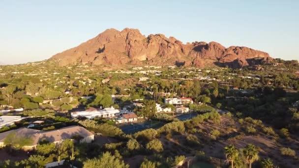 Phoenix Arizona, USA; légi közösség drón kilátás Phoenix környéken, lakás és park környező Camelback Mountain a háttérben arany óra.