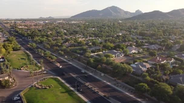 Légi felvétel a Scottsdale Road szemben Camelback Mountain