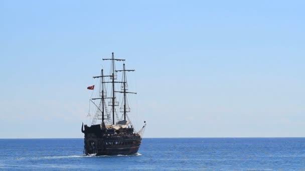 Kemer, Turecko - 20 června 2018: Pirate staré lodi plachty s turisty v regionu Kemer, Turecko.
