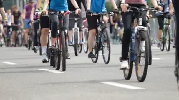 Mnoho lidí jezdit podle jízdních kol ve městě