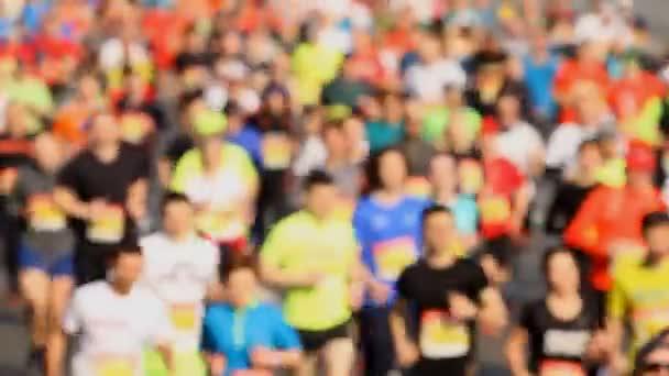 Yarışmalarda yarışan insan kalabalığı