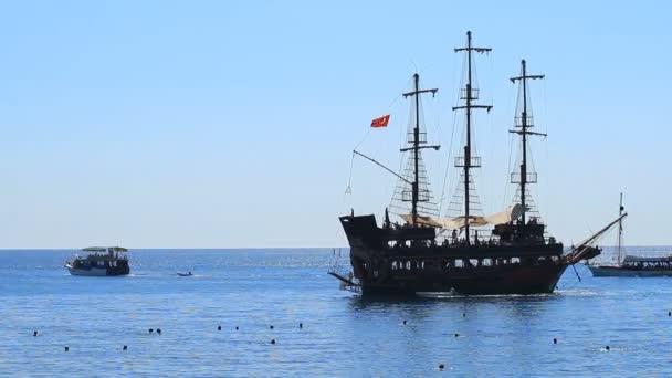 Kemer, Turecko-20. června 2018: pirátská stará loď pluje s turisty v Kemeru, Turecko.