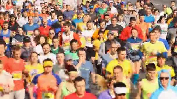 Kyjev, Ukrajina-duben 07, 2019: nová poshta, napůl maraton v Kyjevě, Ukrajina. Počet běžců byl více než 6000 osob.