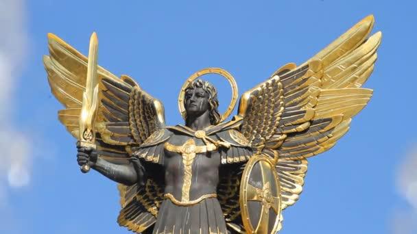 Zlatá socha Archangela Michaela a vodotrysku na náměstí nezávislosti v Kyjevě