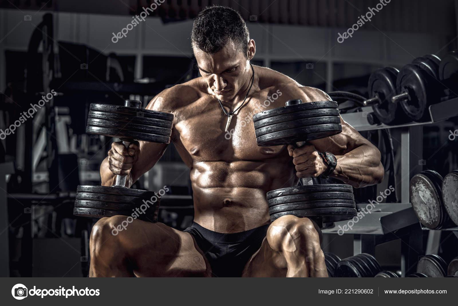 Guy Bodybuilder Exécuter Exercice Avec Haltères Gym Noir — Photo 3a429fbed50