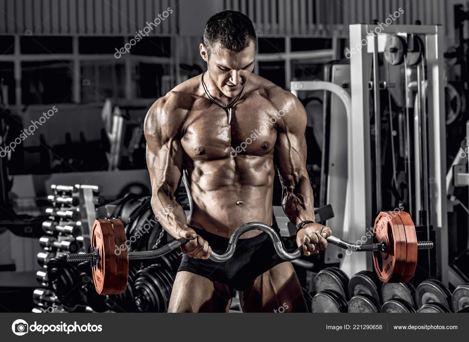 Guy Bodybuilder Exécuter Exercice Avec Haltères Poids Dans Salle Gym — Photo 68e05e44929