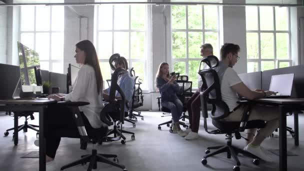 Geschäftsleute Büroangestellte Gruppe mit PC arbeiten in großen modernen Coworking Space, Mitarbeiter-Team sitzt am Schreibtisch