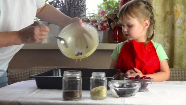 Porträt von Gesichtern, Hände glückliche Oma, Enkelin. Kleinkinder spielen mit Backen, Teig, Mehl auf der Küche. Kind Baby versuchen Studie Kochen Plätzchen, Kuchen. Gemütlicher Familienanblick