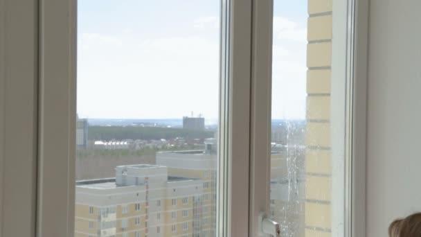 Žena čištění windows home na horním patře