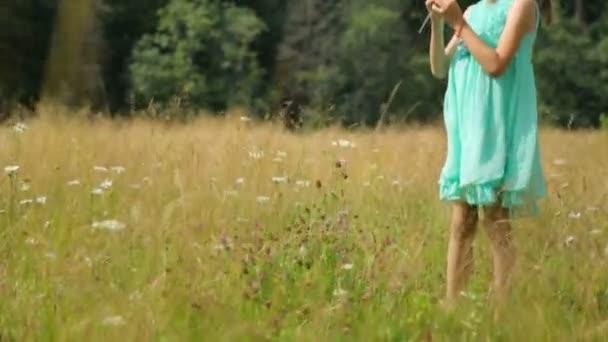 Holčička na hřišti v létě