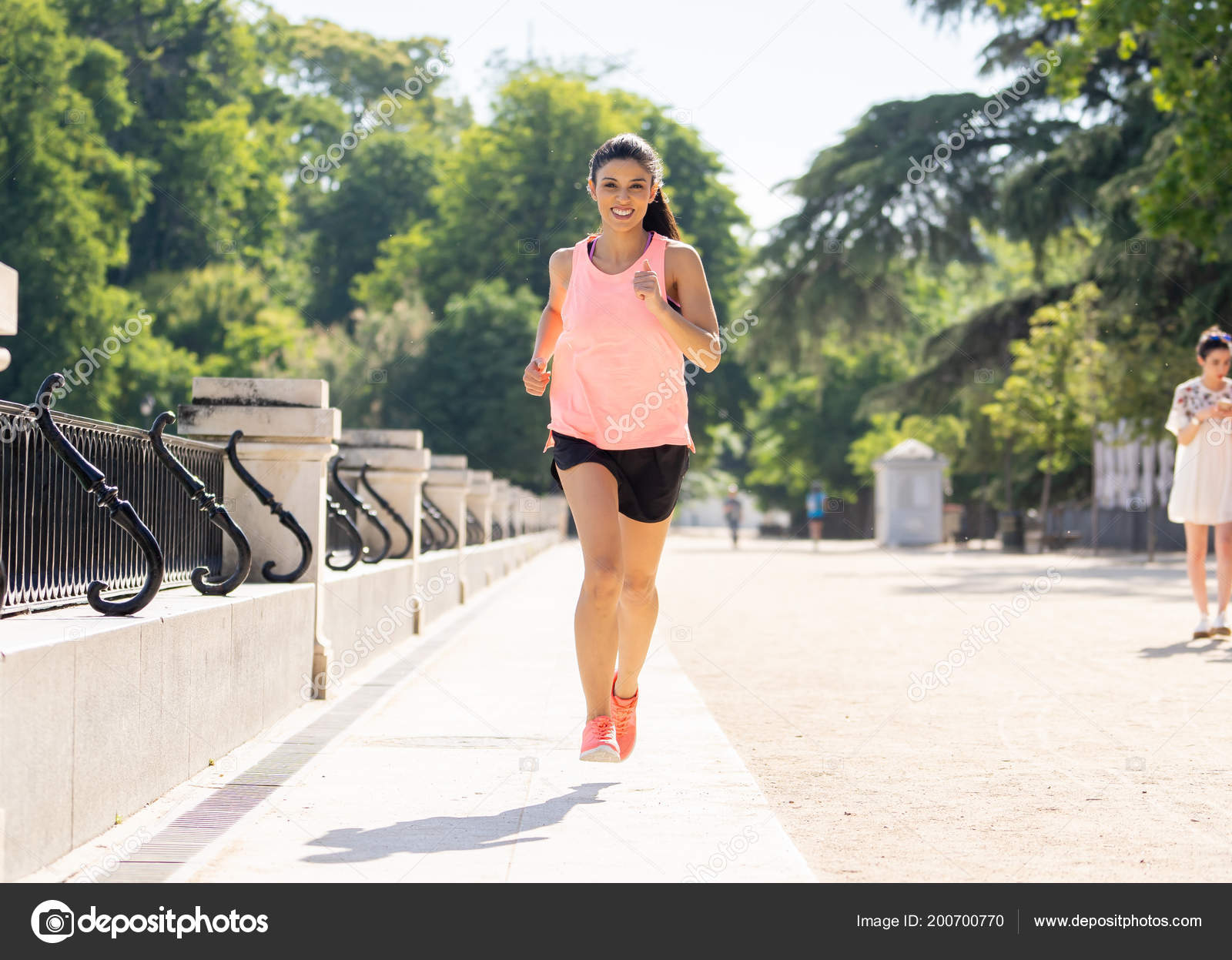 Femme jeune coureur attrayant et heureux Sportswear automne en cours  d exécution et de la formation sur jogging en plein air au parc de la ville  avec arbres ... 5f2088b2bb6