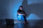 Silně rozrušený mladých mužů s počítače laptop utrpení, šikana a obtěžování online zneužíváno stalker nebo drby pocit zoufalé a ponižováni v kybernetické šikany koncept
