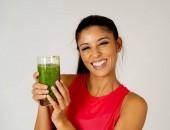 Fotografie Fitness žena spokojený úsměv držení sklenice zelené zeleninové smoothie po fitness, běhání cvičení izolovaných na šedém pozadí v krása zdraví Fitness dietní výživy a zdravého životního stylu koncepce.