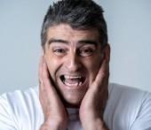 Fotografie Portrét 40s 50s člověk v šoku s vyděšený výraz v jeho tváři strach gest v lidské emoce pocity a mimika koncepce izolovaných na šedém pozadí.