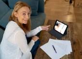 Donna di affari attraente imprenditore riunione conferenza video sul tablet a casa in Electronic meeting teleconferenza online consulenza Video intervista e concetto di tecnologia moderna.