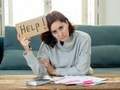 Strach a zoufalá žena žádá o pomoc při splácení dluhů a půjček výpočtu kusovníků jako daňový náklad a účetnictví domácí finance sedět na gauči v domácí účty a finanční problémy koncepce