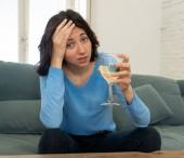Fotografie Portrét depresivní ženy, která pije sklenici vína sama doma. Pocit úzkosti, beznadějný a frustrovaný, snaže se cítit lepší pití. Nezdravý chování, deprese a koncepce alkoholu.