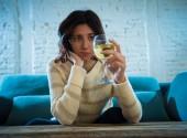 Portrét smutné, nešťastné a bezmocné ženy popíjení vína. Lidské emoce, deprese a alkoholismus