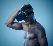 Attraktiver mächtiger afrikanischer amerikanischer Mann mit Augmented- oder Vr-Brillen, die eine neue 3D-Welt erkunden. Werbung für die Macht von Virtual Reality und Augmented Reality Technologie. 360 Grad Vr-Erlebnisse.