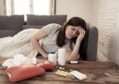 kranke attraktive Frau unter einer Decke fühlt sich unwohl mit Kopfschmerzen wund Nase Hochtemperaturgefühl Müdigkeit und unruhig zu Hause nicht in der Lage, zur Arbeit in Gesundheitswesen Konzept gehen.