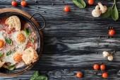 Fotografie lahodné sázená vejce se sýrem a chlebem a čerstvou zeleninou na dřevěný stůl s kopií prostor
