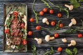 pohled shora lahodné plátky vařené steak se zeleninou na dřevěný stůl