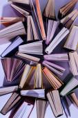 pohled z rozptýlených Stoh knih na stole