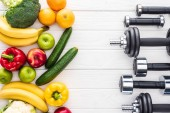 felülnézet, a friss gyümölcsök, zöldségek és különböző súlyzók a fa felülettel