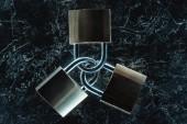 pohled shora kovových zámků na tmavé mramorové stolní