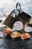zblízka pohled uspořádány zámků a různé bitcoiny na tmavý podklad