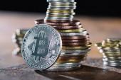 Selektivní fokus stříbrné bitcoin a hromady bitcoiny za