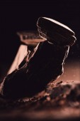Fotografia Chiuda sul colpo di organizzato pezzi di cioccolato fondente su priorità bassa nera