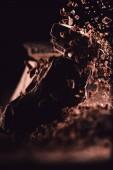 Detail ze strouhané čokolády pádu na kousky čokolády na černém pozadí
