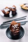 Fotografie Sladké košíčky s čokoládovými kousky na prohlížecí stolek