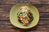 Fotografie pohled shora vegetariánský salát s strouhané mandle a klíčky na dřevěnou desku