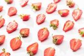 Fotografie červená čerstvé řezané jahody na bílém pozadí