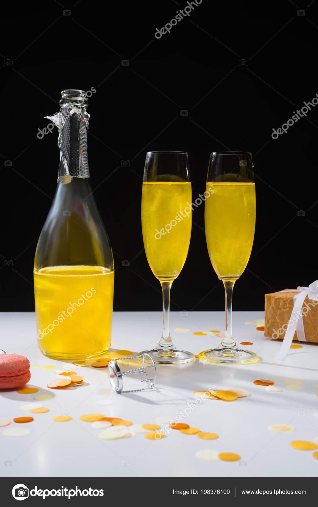 prosmotr-video-razeb-ochka-butilkoy-shampanskogo
