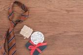 pohled shora kravatu s dary a Happy fathers den pozdrav na dřevěný povrch