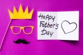 felülnézet király arca díszdobozban, boldog apák napi üdvözlőlap rózsaszín felületen